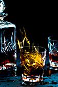 Whiskey in Glas und Karaffe