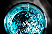 Wasserglas mit Kohlensäure