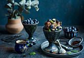 Schokoladeneis mit Blaubeeren und Minze