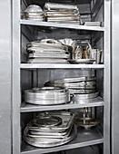 Metallgeschirr im Gastronomieregal