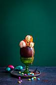 Schokoladen-Osterei gefüllt mit Eiscreme und Karamellsauce