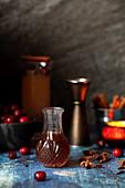 Eine kleine Flasche Tonic-Sirup und Cranberries