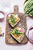 Belegtes Brot mit Paprika-Hummus, Spargel und Radieschen