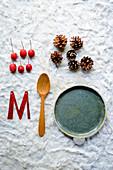Deko-Utensilien für eine winterlich, weihnachtliche Tischdeko