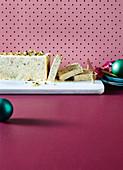 Weisses Schokoladen-Semifreddo mit Vanille und Pistazien (weihnachtlich)