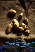 Frische Kartoffeln auf Sack