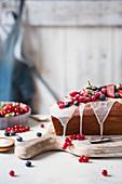 Kastenkuchen mit Zuckerglasur und frischen Sommerbeeren