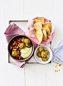 Tortilla-Bowl mit Kichererbsenbällchen