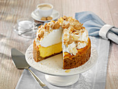 Amarettini cheesecake with a meringue topping