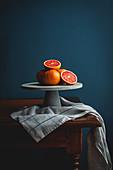 Rosa Grapefruits auf Tortenständer
