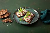 Keto-Knäckebrot mit Frischkäse, Gurken und Radieschen