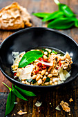 White beans with wild garlic, dried tomatoes and bread