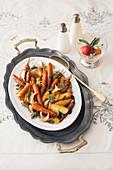 Gemüsepfanne mit Möhren, Kartoffeln, Zwiebel, Apfel, Salbei und Lorbeer