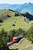 Rigi Rigi-Bahn (erste Bergbahn in Europa) mit Bergpanorama, Kanton Luzern, Schweiz
