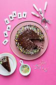 Crazy Cake (Schokoladentorte mit bunten Zuckerstreuseln)