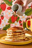 Pancakes mit Ahornsirup übergießen