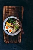 Ramen mit Hähnchen, Gemüse und Ei
