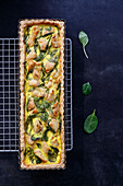 Tart with spinach and pieces of chicken