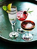 Verschiedene Cocktails auf Tablett