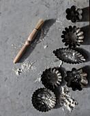 Backförmchen und Backpinsel auf Marmoruntergrund