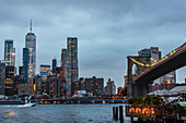 Brooklyn Bridge in Abendbeleuchtung, New York City, USA