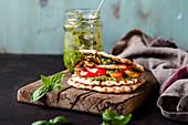 Veganes Waffel-Sandwich mit gegrilltem Gemüse und Pesto