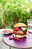 Veggie-Burger auf Tisch im Garten