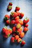 Erdbeeren auf Metallplatte