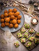 Kroketten mit eingelegten Zwiebeln und Käse und Canapés mit Avocado und Garnelen