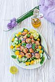 Couscoussalat mit Fleischbällchen, Gurken, Paprika und Kräutern
