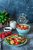 Sommerlicher Bratkartoffelsalat mit gerösteten Tomaten und Oliven