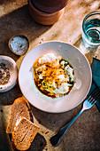 Eierspeise mit Schnittlauch, Parmesan und Kürbiskernöl