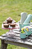 Hornveilchen-Blüten als essbare Dekoration auf Muffins