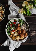Kichererbsen-Tofu-Bällchen mit Buchweizen und Gemüse