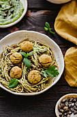 Spaghetti mit Kichererbsen-Tofu-Bällchen