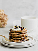 Joghurt-Zitronen-Pancakes, gestapelt
