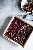 Glutenfreie Brownies mit Cranberries und Kakao-Nuss-Streuseln in Backform