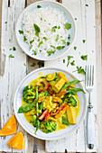 Veganes Gemüse-Tofu-Curry mit Reis