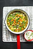 Vegane Gemüsesuppe mit Erbsen und Räuchertofu