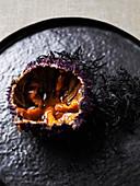 Seeigel auf schwarzem Tablett
