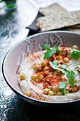 Hummus mit Kichererbsen und Paprikapulver