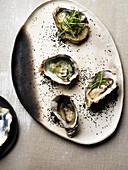 Austern mit Frühlingszwiebel-Julienne und schwarzem Salz