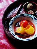 Pflaumen und Lychees mit Zimt und Anis (Dessert zum Neujahrsfest, China)