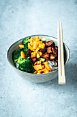 Fast Asia bowl with crispy salmon and mango