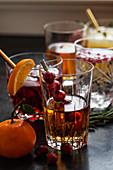 Verschiedene alkoholische Drinks mit Früchten und Kräutern
