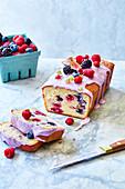 Kastenkuchen mit Beeren und Zuckerglasur