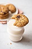 Chocolate Chunk Cookie, angebissen auf einem Glas Milch