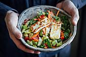Halloumi mit Romanasalat, Paprika, Tomaten, Karotten und Hanfsamen