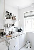 Regal mit Vorräten in der Küche in Weiß