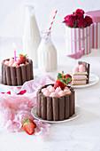 Schokoriegel-Charlotte mit Joghurt-Erdbeer-Creme